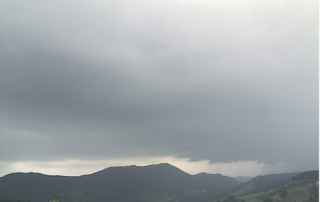 Pogled iz Trojan le 20 minut kasneje. Dobro vidne so že prve plohe tudi v osrednji Sloveniji.